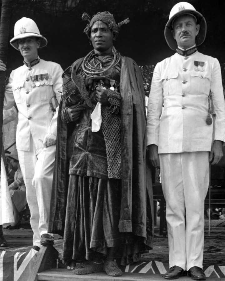 Oba Akenzua II, c. 1937 [Matphson/Matthieson - colonial à esquerda]
