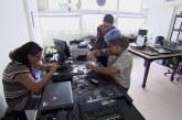 Jovem cria empresa que conserta e doa computadores para estudantes