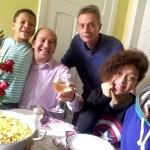 Casal gay brasileiro que batizou três filhos recebe carta do papa Francisco