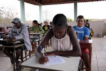 Como o modelo educacional prejudica as notas de alunos negros, segundo este estudo