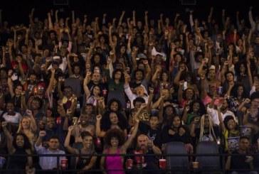 Integrantes do grupo 'Intelectualidade afro-brasileira' lotam sessão de 'Pantera Negra'