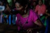 Após perseguição, índios voltam a construir malocas