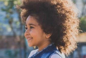 Menina que falou que seu cabelo não é peruca agora faz sucesso com músicas criticando o racismo