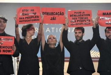 """Cannes tem protesto no tapete vermelho contra o """"genocídio indígena"""" no Brasil"""