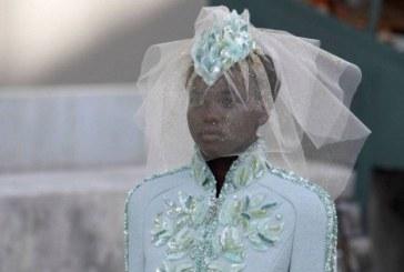 Modelo sul-sudanesa é a segunda mulher negra a encerrar desfile de alta-costura da Chanel