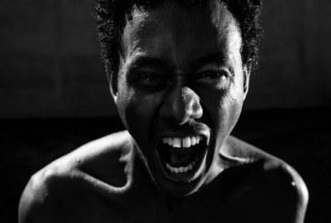 Monólogo 'Cuidado com Neguim' expõe visão crítica do asfalto pelo negro favelado