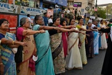 Pelo direito de entrar em templo, mulheres indianas formam barreira humana de 620 km
