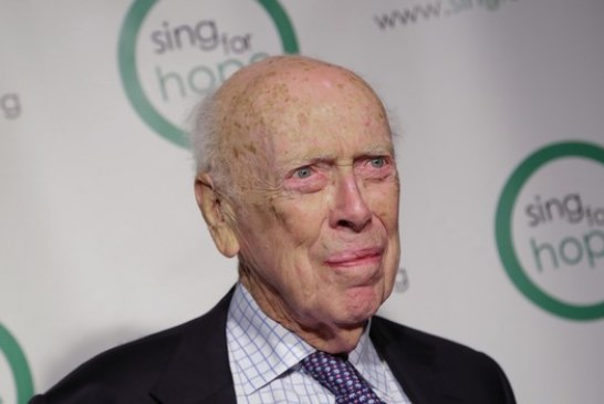 Vencedor do Nobel perde títulos após comentários racistas