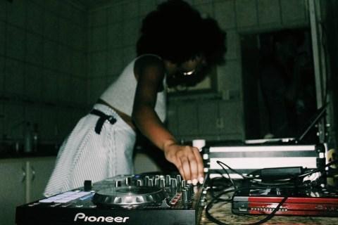 Foto da DJ tocando