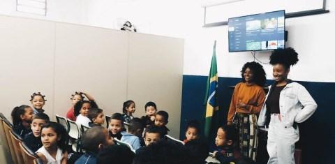 Foto da DJ em uma sala de aula