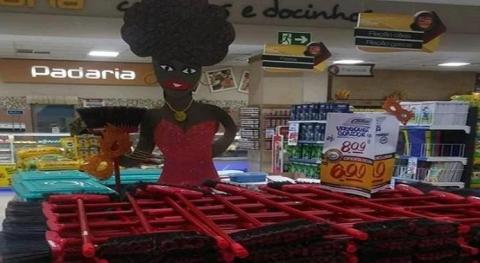 Foto da boneca negra segurando uma vassoura