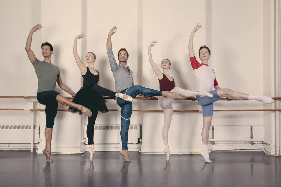 cinco bailarinos, dois homens negros, duas mulheres e um homem branco