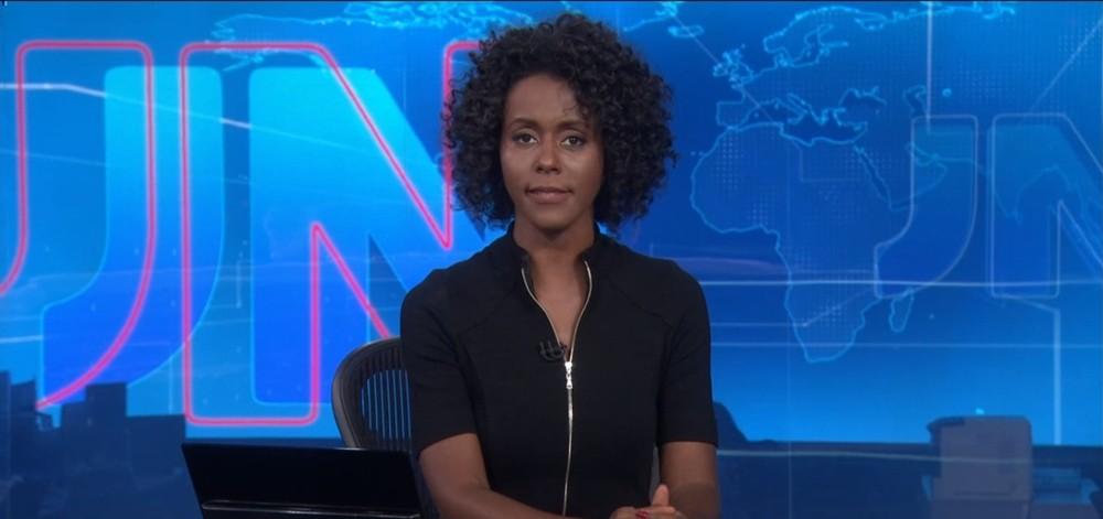 Maria Julia coutinho sentada na bancada do Jornal Nacional
