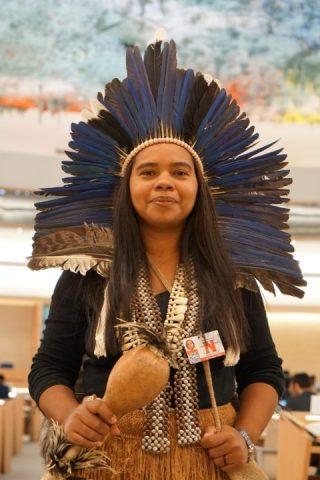 Glicéria Tupinambá, em pé vestida com roupas tipicas indígenas