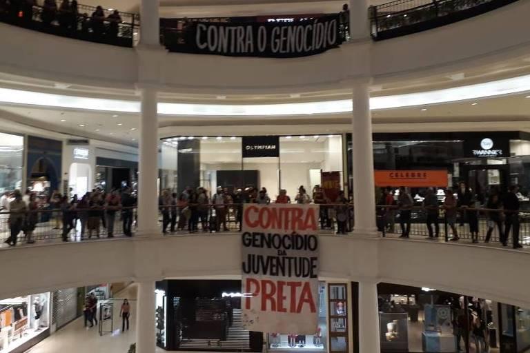 Protesto de entidades do movimento negro no Shopping Higienópolis contra pedido judicial para apreender crianças em situação de rua