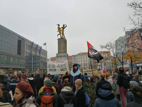 Manifestantes em uma praça em Berlim.