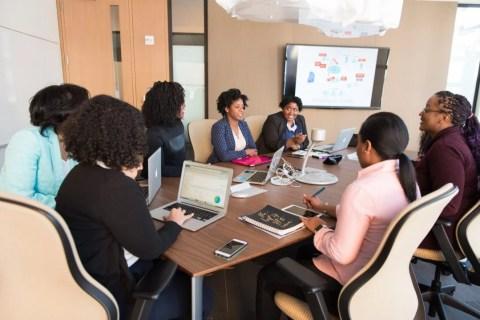 Mulheres negras em uma sala de reunião