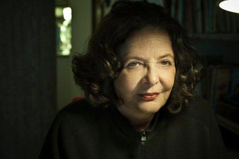 Heloisa Buarque de Hollanda, mulher idosa branca, sentada vesindo um moletom preto.