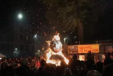 Cidade italiana queima boneco de Salvini em ato antirracista