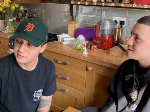 Morgan e eu irmão Spencer, jovem branco de moletom preto, sentados conversando