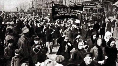 Multidão de mulheres durante manifestação na Revolução Bolchevique