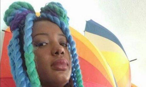 Gabriela Azevedo, mulher negra de twists coloridos.