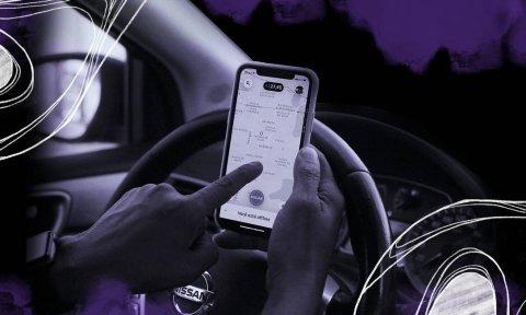 Imagem de alguem mexendo no aplicativo do Uber no celular