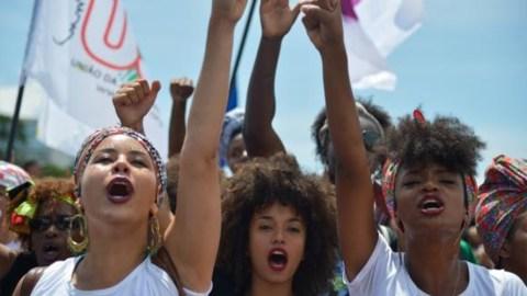 Mulheres, negras, durante marcha