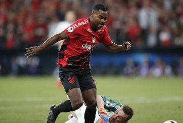 Athletico divulga mensagem contra o racismo, e Nikão cobra: