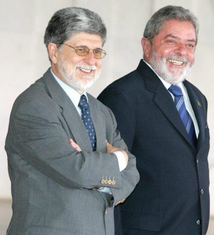 Celso Amorim e Lula - ambos homens brancos de cabelos e barba grisalhos, vestindo terno e gravata