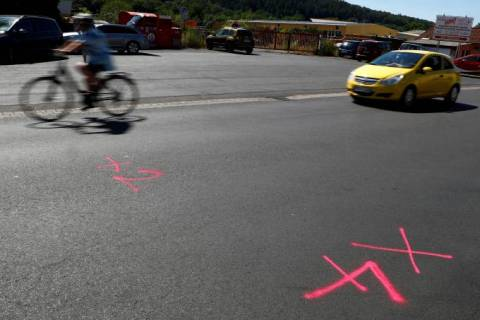 Marcas no chão feitas pela polícia identificam local em que os tiros foram disparados em Waechtersbach