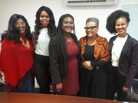 Da esquerda para a direita, Andréa Nascimento, Carmen Lúcia, Giovana Mariano, Ângela Borges e Maria Aparecida- todas mulheres negras vestidas formalmente e sorrindo para a foto