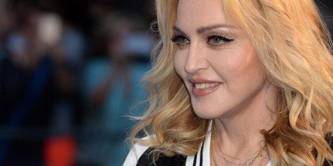 Madonna, mulher branca loira, sorrindo