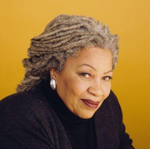 Toni Morrison- mulher idosa negra, de dreads grisalhos, vestindo blusa e casaco preto - sentada