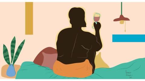 Ilustração de uma mulher negra, sem camisa,de costas, sentada em uma cama com uma taça na mão direita