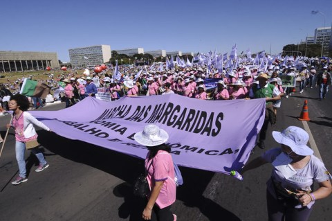 Foto de varias mulheres durante a Marcha das Margaridas