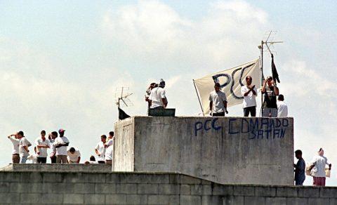 Prisioneiros em cima do terraço do preside-o, uma bandeira com as siglas PCC esta estirado