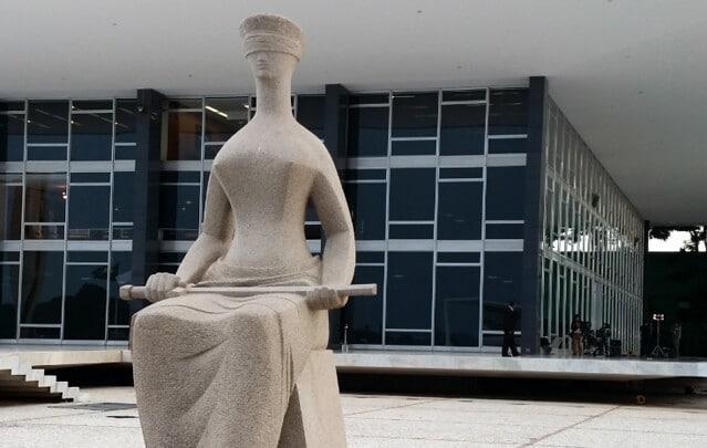 Estatua sentada e vendada