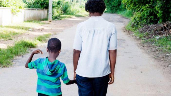 Viver o racismo, direta ou indiretamente, tem efeitos de longo prazo sobre desenvolvimento, comportamento, saúde física e mental (Foto: GETTY IMAGES)