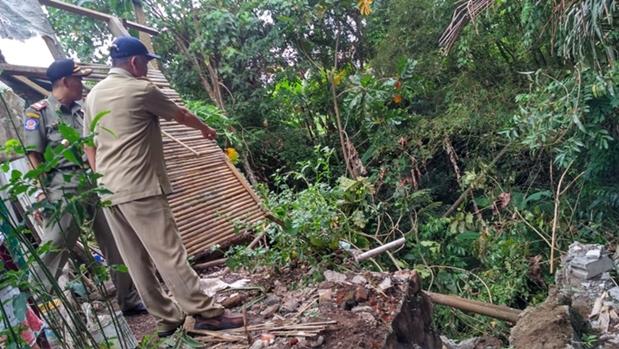 Memasuki Musim Pancaroba, Beberapa Rumah di Perumahan Cikunir Kencana Raya Nyaris Hancur