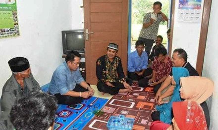 Bupati Tasik, Kunjungi dan Berikan Santunan Kepada Keluarga Ketua KPPS Cigalontang yang Meninggal