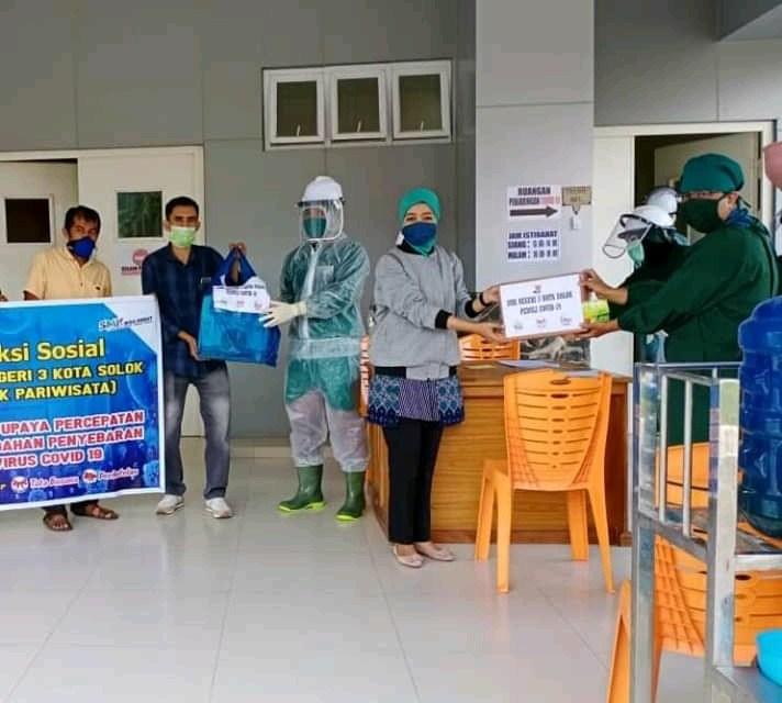 Peduli Covid-19, SMKN 3 Kota Solok Bagikan Masker Kain dan Snack Gratis
