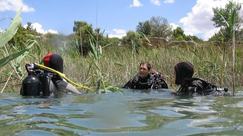 Buceadores entrando al agua en la laguna Tinaja, Ruidera.