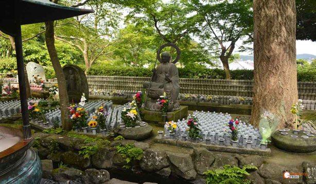 generacion-friki-en-japon-jizos-de-piedra-kamakura-templo-hase-dera-3