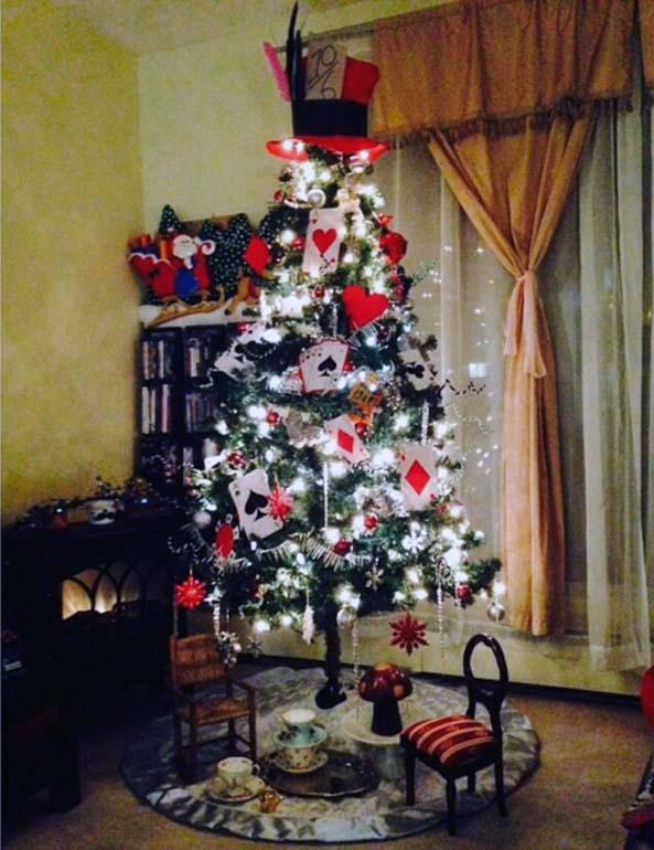 9-arboles-navidad-frikis-alicia-en-el-pais-de-las-maravillas