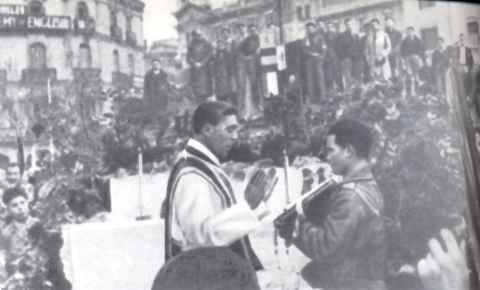 Multitudinaria celebración de la Santa Misa en la plaza de Cataluña