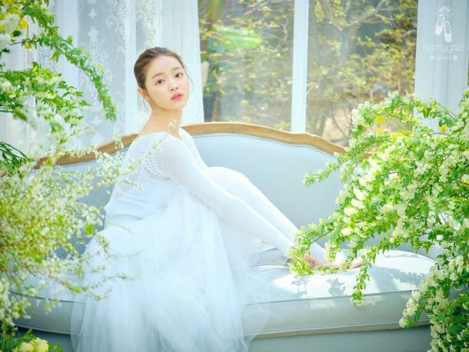 File:Yoo A - The Fifth Season promo.jpg