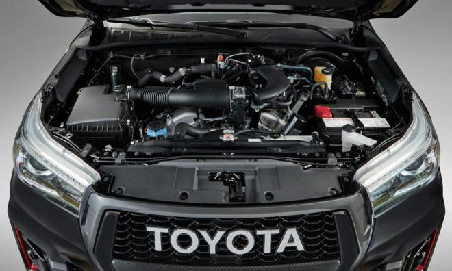 Le Hilux hérite ici du 4.0L V6 Dual VVT-i 24V (3,956 cc) du Land Cruiser Prado SUV ( production locale). Il offre 238 ch et 376 Nm de couple.