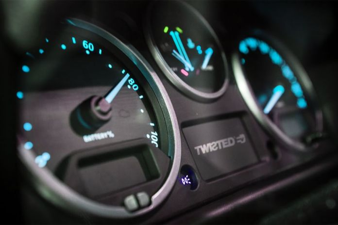 """Twisted Automotive propose un """"rétrofit"""" pour rendre ce Defender dénommé NAS-E totalement électrique."""