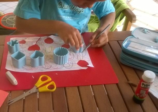 Lavoretto per bambini: biglietto con formine biscotti | Genitorialmente